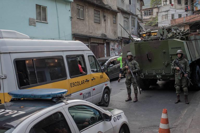 Blindados do exército na Estrada da Gávea, que corta a favela da Rocinha, no Rio
