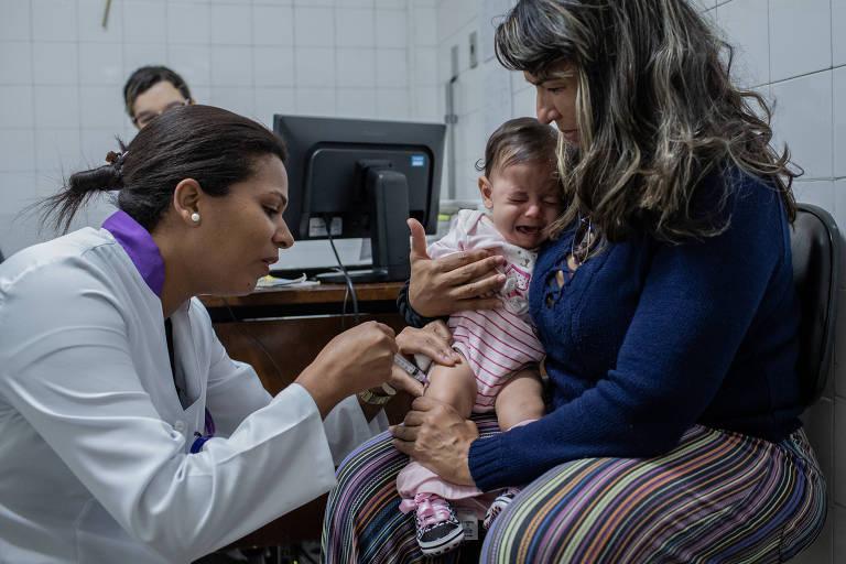 Bebê toma vacina na UBS Dona Mariquinha Sciáscia, na zona norte de São Paulo