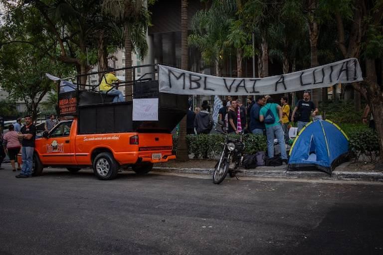 Manifestantes do MBL fazem protesto em frente à sede do Facebook, em São Paulo, nesta quinta (26)