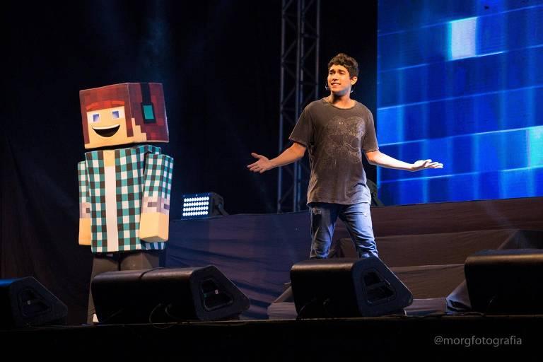 Boneco gigante de Minecraft em um palco com youtuber Marco Túlio