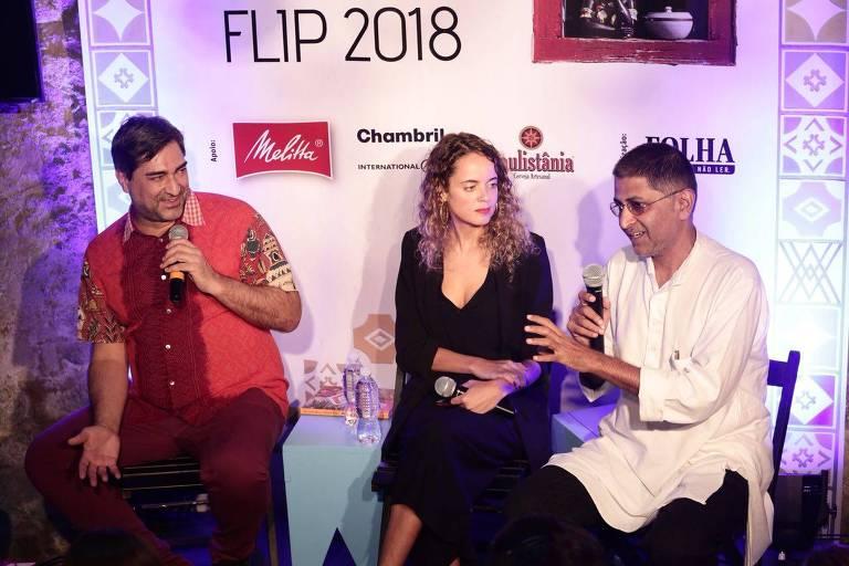 Zeca Camargo, a jornalista da Folha Anna Virginia Balloussier e Varunesh Tuli, empresário indiano, na Mesa Mundi da Flip 2018