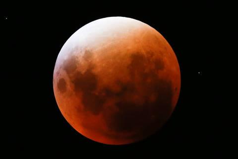BRASILIA, DF,  BRASIL,  27-09-2015, 22h00: Eclipse da Lua é visto no céu de Brasília.  (Foto: Pedro Ladeira/Folhapress, COTIDIANO)