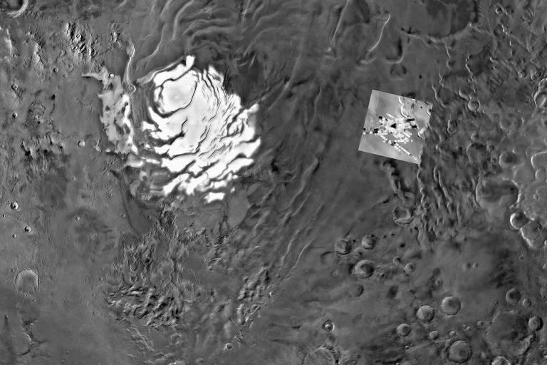 Imagem de Planum Australe, a calota polar sul de Marte, com destaque para as detecções de radar (à dir.) feitas pela sonda