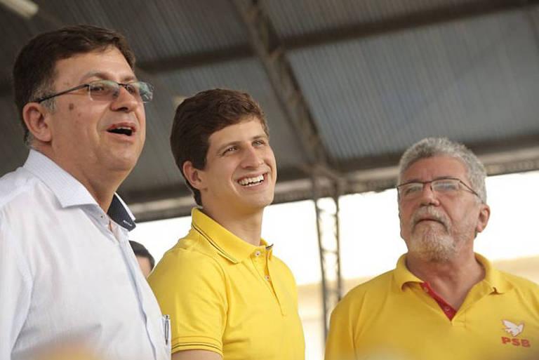João Campos, ao centro, durante visita a municípios do Sertão do Pajeú