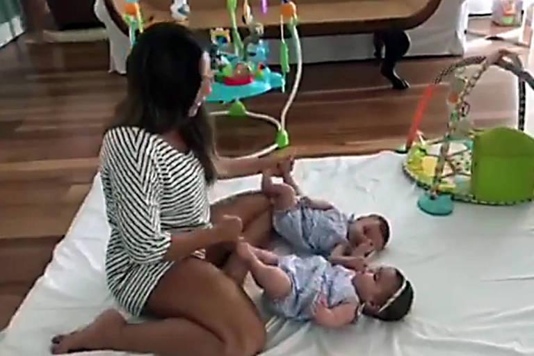 Cantora compartilhou vídeo brincando com Marina e Helena