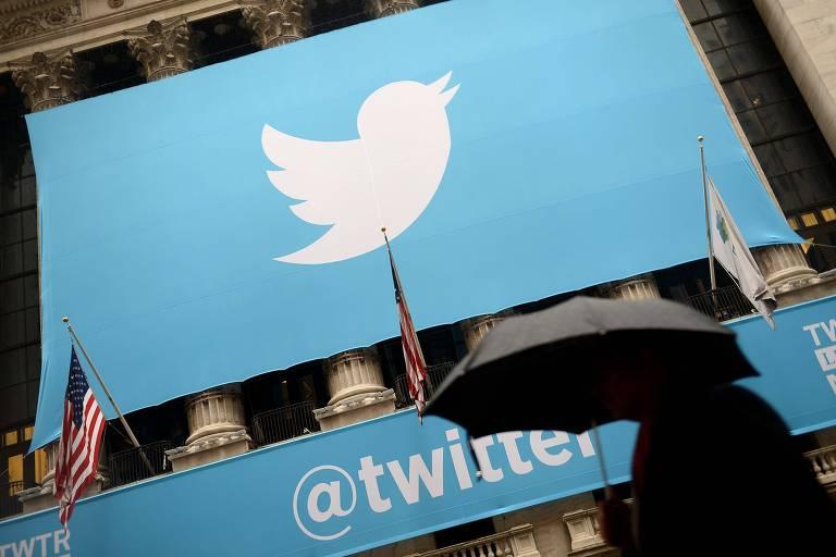Banner com o logo do Twitter em frente a bolsa de Nova York (NYSE)