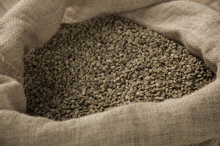 Grãos de café em saca