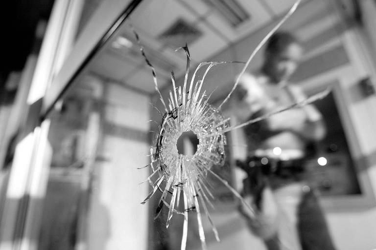 Marca de bala em vidro de agência bancária no Morumbi, na capital paulista, durante onda de ataques atribuídos ao PCC em 2006