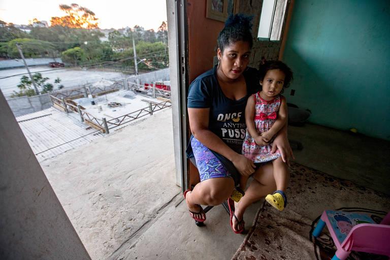 A desempregada Núbia de Oliveira, que não consegue vaga em creche para a filha Isis