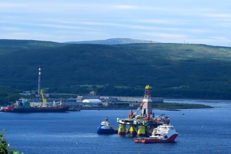 Em Murmansk, rebocadores levam sonda de prospecção de hidrocarbonetos chinesa da estatal COSL em direção ao mar de Barents