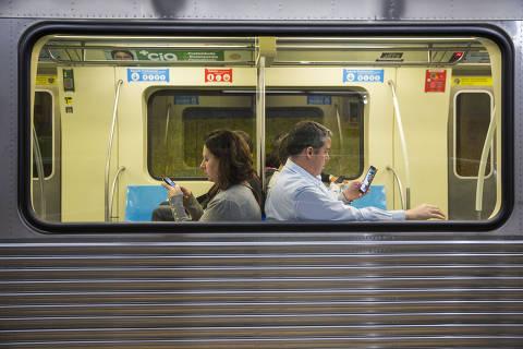 SÃO PAULO, SP, 25.07.2018 - Passageiros usam o celular dentro do metrô da capital paulista. Pelo dado mais recente, de maio, o país tem 236 milhões de linhas móveis em operação, segundo a Anatel(agência reguladora do setor). Desse total,144 milhões são pré-pagas, e 92 milhões, pós-pagas. Quase 50% dos aparelhos usam a tecnologia 4G, que aos poucos dará espaço ao 5G, com velocidade de download dez vezes superior. (Foto Danilo Verpa/Folhapress)
