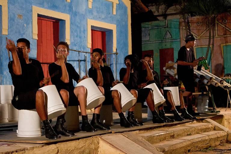 Grupo 'Embatucadores', que toca instrumentos feitos de sucata, em apresentação em Nova Olinda, em 2017