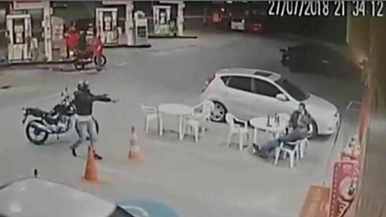 Imagem captada por câmera de segurança mostra o assalto que causou a morte do policial aposentado Claudemir Dias de Oliveira