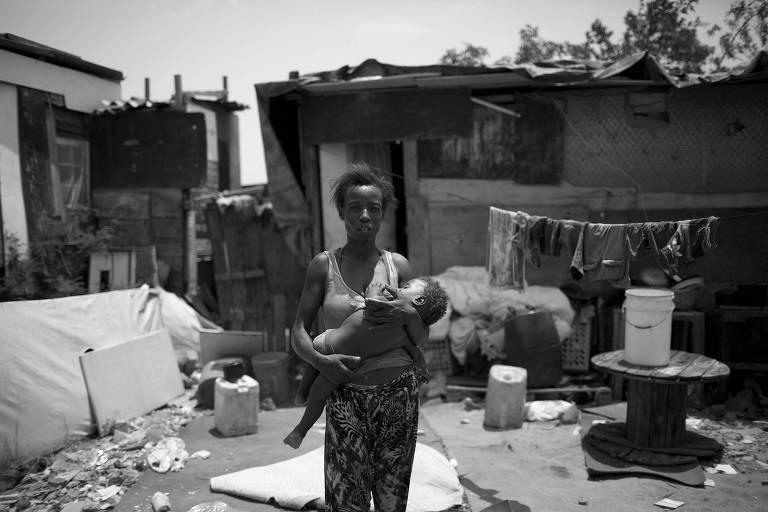 Moradora da favela carioca Jardim Gramacho, cortada do programa social Bolsa Família, em frente ao barraco onde vive