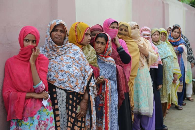 Mulheres fazem fila para votar em Lahore, no Paquistão, durante a eleição em 25 de julho