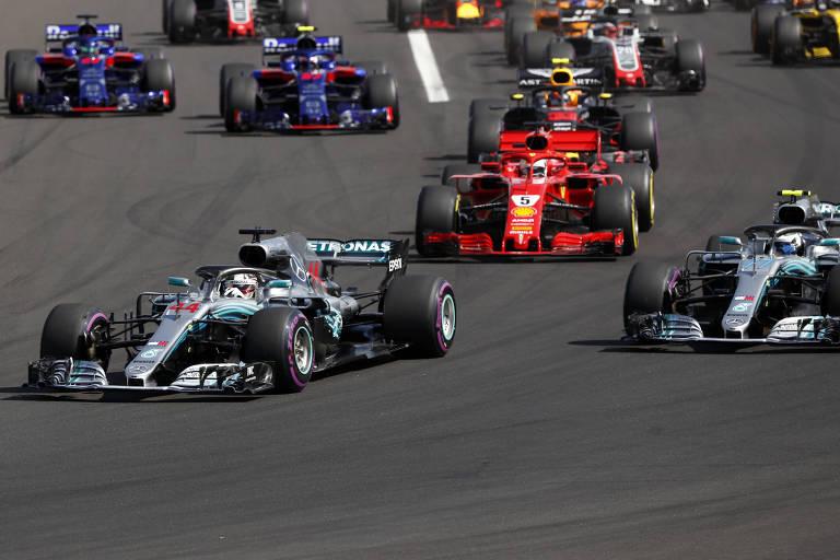 Lewis Hamilton, da Mercedes (à esq.) lidera durante o GP da Hungria