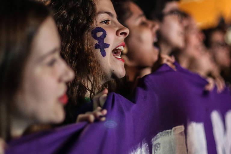 Manifestantes participam de protesto a favor da legalização do aborto, em São Paulo