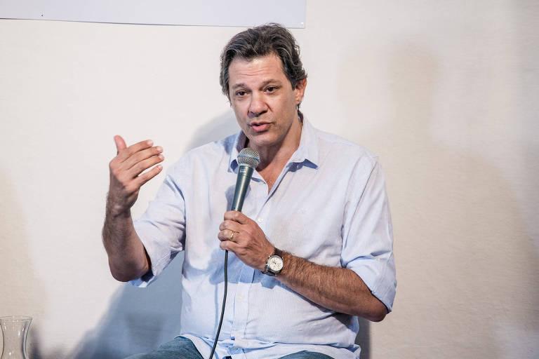 O ex-prefeito Fernando Haddad, cotado como plano B do PT para o Planalto, sentado e falando ao microfone em evento em Paraty, durante a Flip