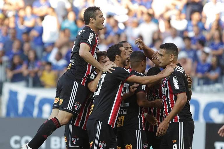 Jogadores do São Paulo comemoram após vitória sobre o Cruzeiro