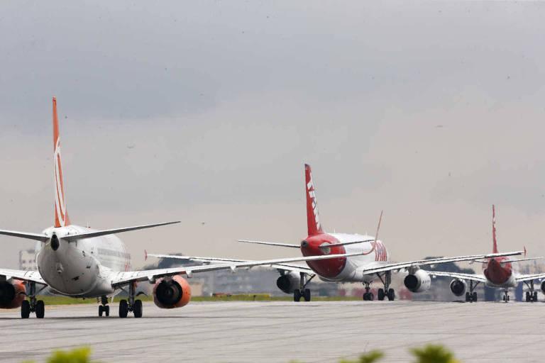 Pista de aeroporto com aviões