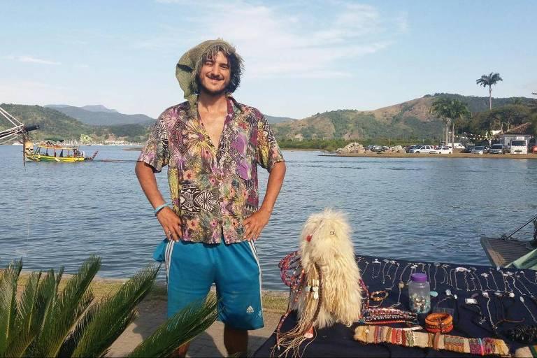 Gnomo Brasil, 33, mineiro que vende artesanato em frente ao barco da Flipei