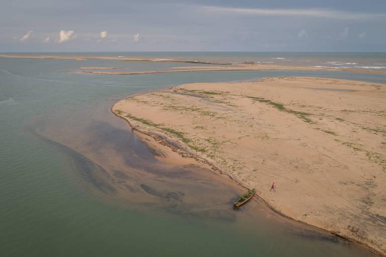 Praia de Regência, no Espírito Santo, onde fica a foz do rio Doce; rejeito de minério marca a areia da praia com manchas escuras