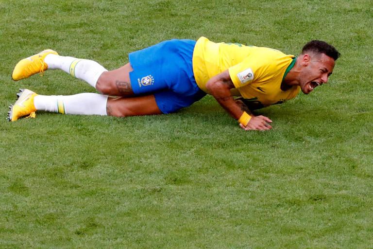 Neymar se contorce após sofrer falta em partida contra o México, pela Copa do Mundo