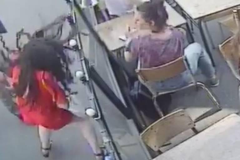 O homem foi flagrado atacando a estudante francesa em vídeo de segurança de um café