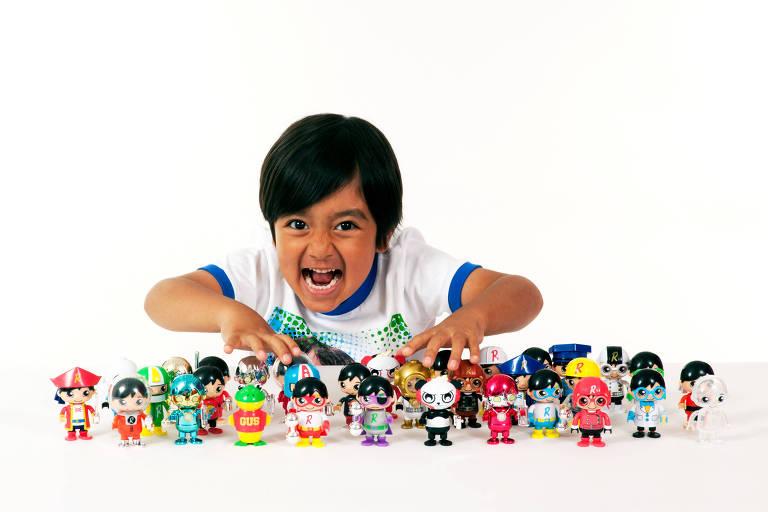 Youtuber de 6 anos, Ryan faz pose com os produtos de sua marca