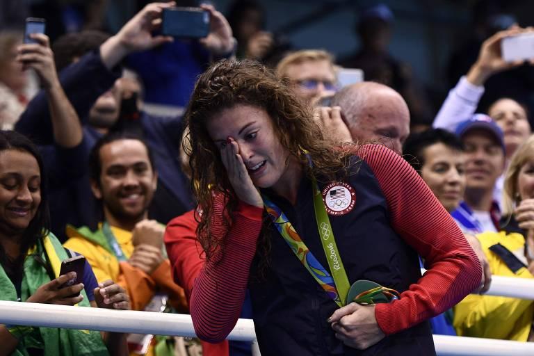 Allison Schmitt chora com a mão sobre o olho durante cerimônia de premiação na Rio-2016