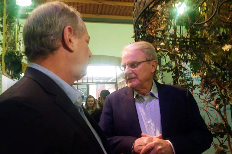 - O pré-candidato à Presidência Ciro Gomes (PDT) conversa com o pré-candidato ao governo de Minas Márcio Lacerda (PSB) em evento empresarial na cidade de Tiradentes (MG).