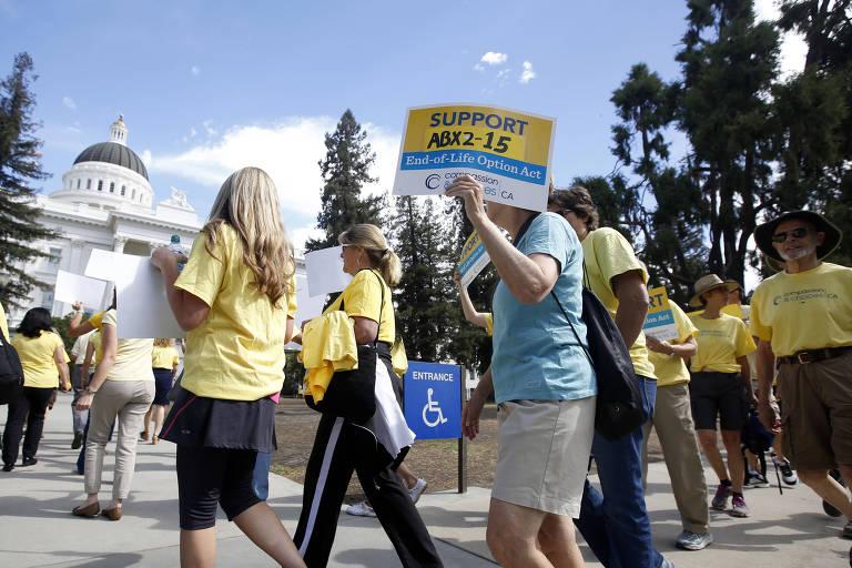Apoiadores de medida a favor da eutanásia fazem protesto em Sacramento, Califórnia; nos EUA, a decisão varia de estado para estado