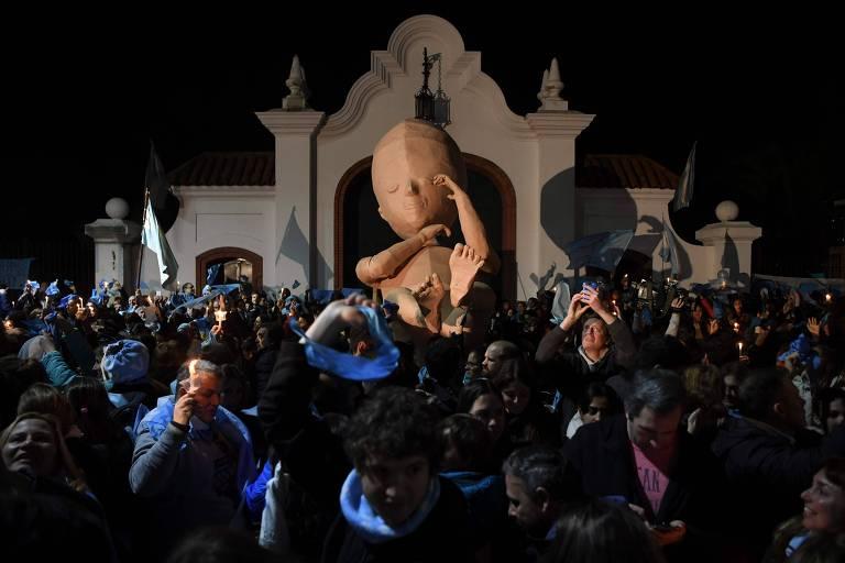 Com o feto gigante Alma, manifestantes protestam contra a legalização do aborto diante da residência presidencial em Olivos, Buenos Aires (Argentina)