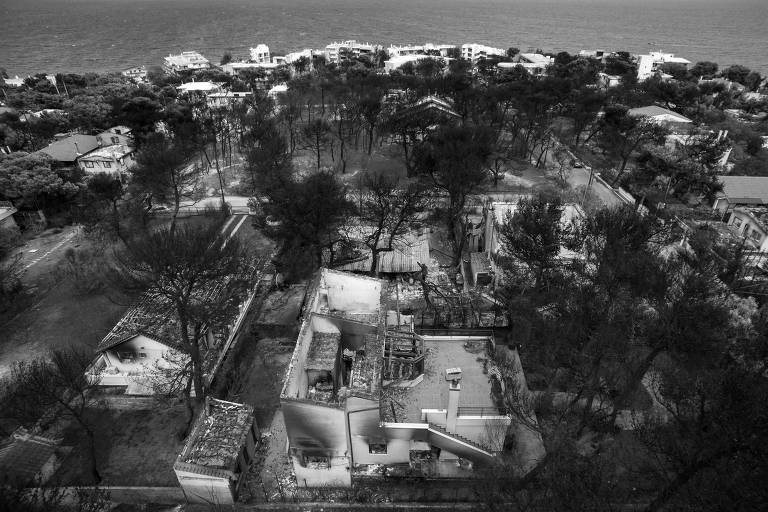Área destruída por incêndio em vila próxima de Atenas, na Grécia