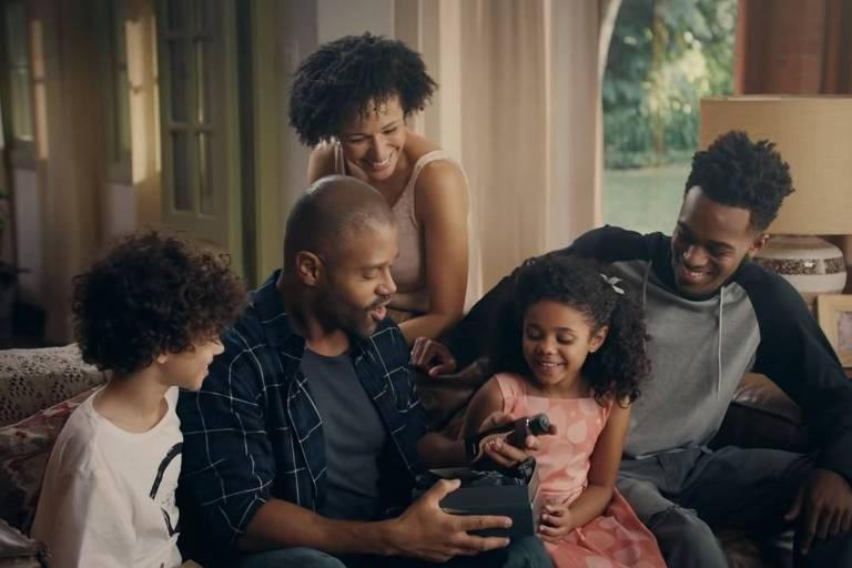 Reprodução comercial de Dia dos Pais com família negra da marca O Boticário