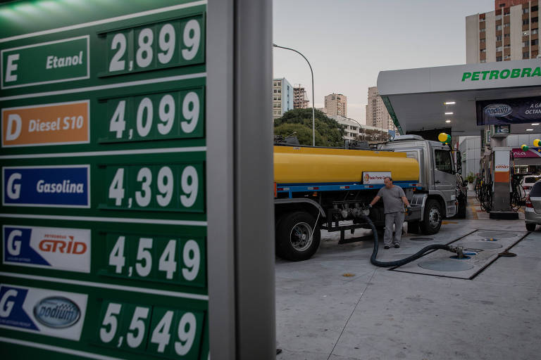 Caminhão chega para reabastecer posto de combustivel da BR na avenida Pacaembú