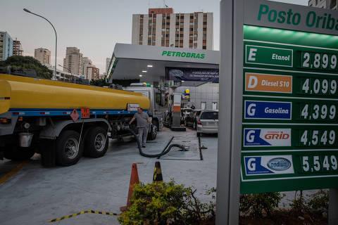 SÃO PAULO, SP, BRASIL, 29-05-2018: Caminhão chega para reabastecer posto de combustivel da BR na avenida Pacaembú, na altura do número 406. (Foto: Eduardo Anizelli/ Folhapress, MERCADO)