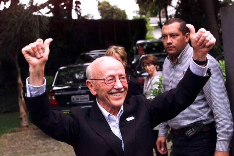 Hélio Bicudo comemora vitória na frente da casa da prefeita eleita, Marta Suplicy, em São Paulo, em outubro de 2000