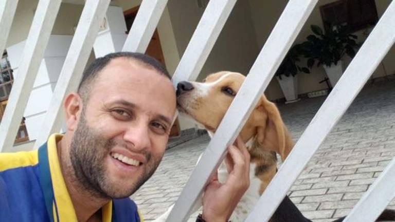 Carteiro amigo de cachorros faz sucesso com selfies na internet