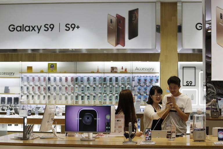 Visitantes testam o smartphone Samsung Galaxy S9 e S9+ em Seul, na Coreia do Sul