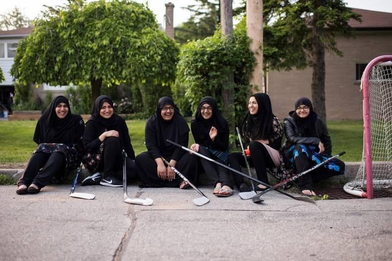 Da esquerda para a direita, as irmãs Asiyah, 25, Husnah, 21, Sajidah, 18, Haleemah, 17, Nuha, 23 e Mubeenah, 14, em Toronto