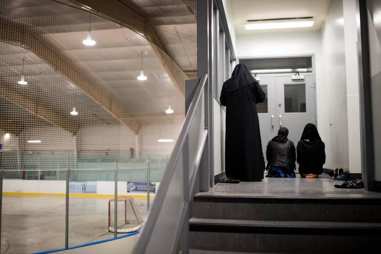 As irmãs Azmi rezam depois de um jogo na arena Paul Coffey em Mississauga, Ontario