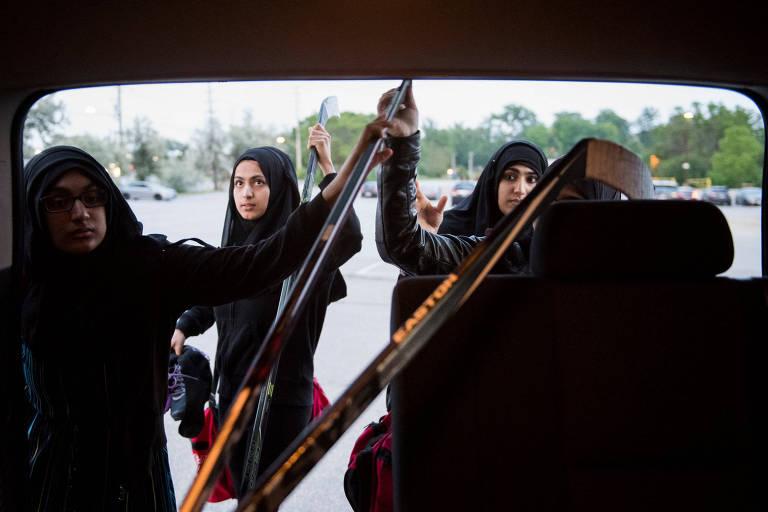 Haleemah (à esq.), Nuha (centro) e Asiyah (à dir.) pegando seus tacos antes de um jogo