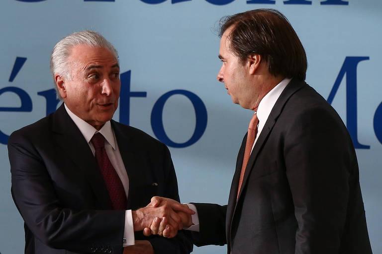 O presidente Michel Temer cumprimenta o presidente da Câmara dos deputados Rodrigo Maia durante cerimônia no Palácio do Planalto