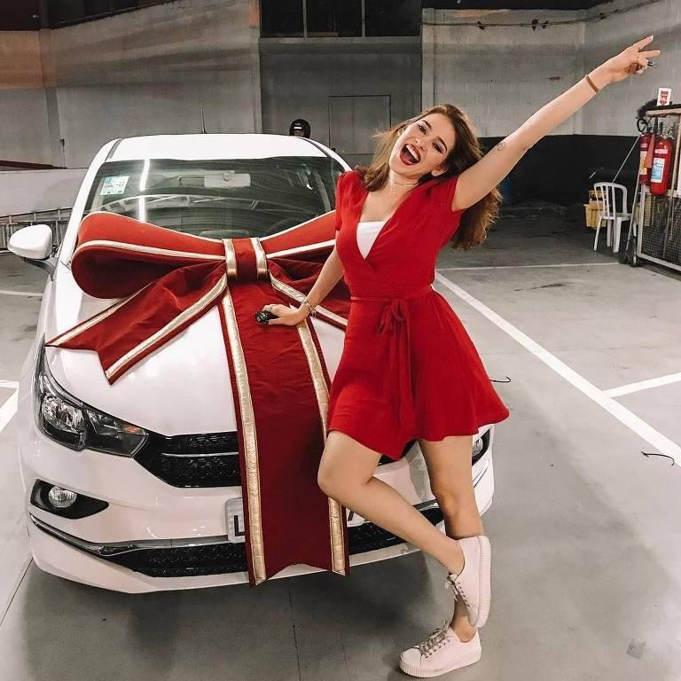 Ana Clara posa ao lado do Fiat Cronos conquistado durante prova do BBB 18