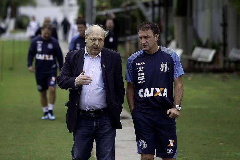 O presidente do Santos, José Carlos Peres, conversa com o técnico Cuca no CT Rei Pelé