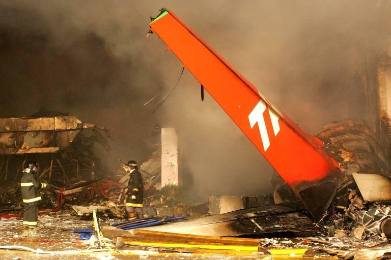Destroços do Airbus-A320 da TAM, que explodiu após colidir com uma parede em SP