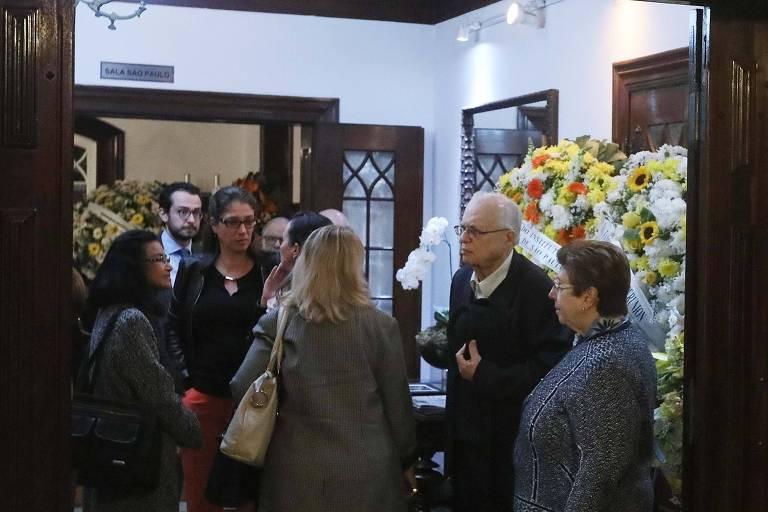 Amigos e familiares participam do velório do jurista Hélio Bicudo no funeral Home, em São Paulo
