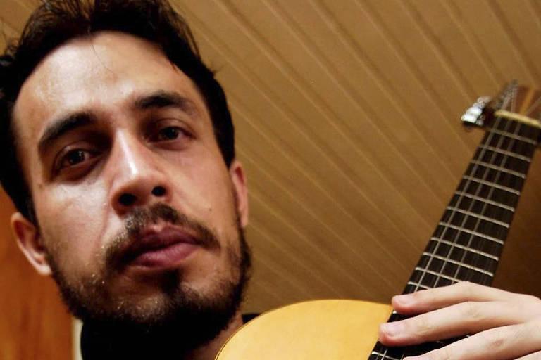 Sidnei de Oliveira toca música caipira no pátio do Metrô São Bento