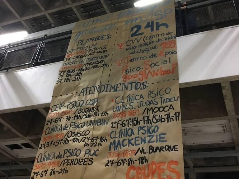 Cartaz colocado no prédio da faculdade de ciências sociais na USP com serviços de saúde mental grátis